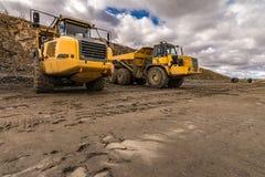 Umfangreiche LKWs, zum im Straßenbau zu arbeiten stockbild