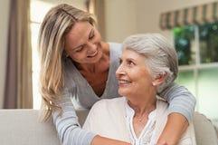 Umfassende ältere Mutter der Frau lizenzfreies stockfoto