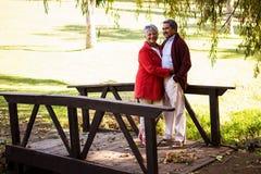 Umfassende Paare bei der Stellung auf Steg Lizenzfreie Stockfotografie