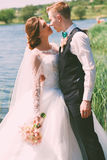 Umfassende sinnliche Braut des Bräutigams nahe Teich Lizenzfreies Stockfoto