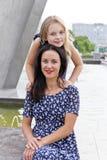Umfassung der Mutter und der Tochter nahe Brunnen Stockfoto