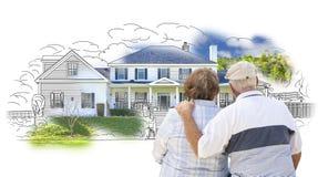 Umfassung von älteren Paaren über Haus-Zeichnung und von Foto auf Weiß Stockbilder