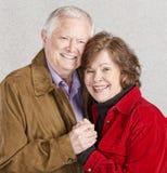 Umfassung von älteren Paaren stockfotografie