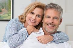 Umfassung von reifen Paaren stockbilder