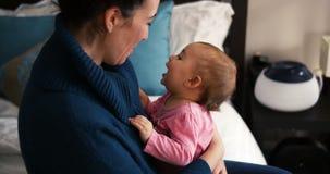 Umfassungsbaby der Mutter im Wohnzimmer stock video