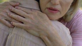 Umfassungsmann der älteren Frau nach schlechten Nachrichten über Krankheit oder Verlust, Familienförderung stock video footage