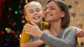 Umfassungsmutter der netten Tochter, Weihnachtsfeiertag zusammen genießend, Nahaufnahme stock video