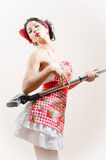 Umfassungsstaubsauger der sexy Mädchen schönen lustigen jungen Brunette Pinupfrau Stockfoto