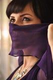 Umgearbeitete Frau mit dem Gesicht bedeckt Stockfotografie