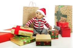 Umgeben durch Geschenke Stockfotografie