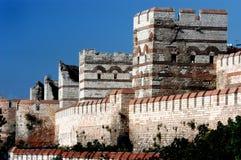 Umgebende Wand der alten Stadt Konstantinopolis Stockbild