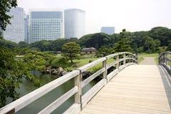 Umgebender japanischer Garten der Bürohaus stockbild