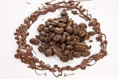 Umgebene Kaffeebohnen stockfoto