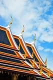 Umgedrehte Dachecken und Dachgesimse des großartigen Palastes Stockfoto