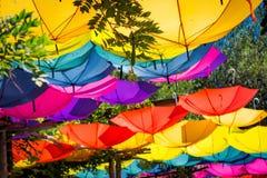 Umgedrehte hell farbige Regenschirme Stockfotos