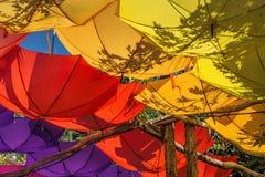 Umgedrehte hell farbige Regenschirme Stockbild