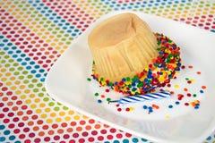 Umgedrehter kleiner Kuchen mit Geburtstagskerze Lizenzfreie Stockfotos