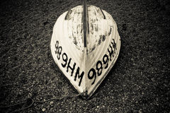 Umgedrehtes Boot auf Pebble Beach lizenzfreies stockbild