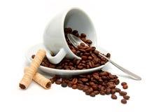 Umgedrehtes Cup mit Kaffeebohnen Stockfotografie