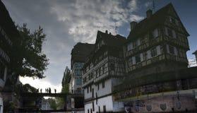 Umgedrehtes Reflexionsbild von Kanälen und von Gebäuden von Straßburg in Frankreich stockbilder