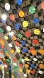 Umgekehrte Regenschirme oben auf der Decke stockfotografie