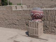 Umgekehrtes Tongefäß in Huaca Pucllana, Miraflores, Lima Lizenzfreie Stockfotografie