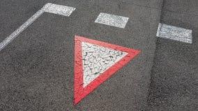Umgekehrtes Weiß mit rote Grenzdreieckigem Verkehrsschildertrag, den Sie benötigen, um zu warten lizenzfreie stockfotografie