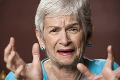 Umgekippte ältere Frau lizenzfreies stockfoto