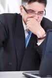 Umgekippte ältere Geschäftsmannfunktion stockbild