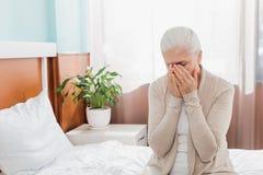 umgekippte ältere schreiende Frau beim Sitzen lizenzfreie stockfotos