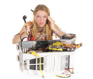 Umgekippte Frau, die Computer repariert Stockbild