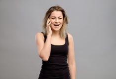 Umgekippte Frau, die am Telefon schreit Lizenzfreies Stockfoto