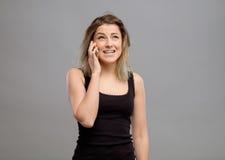 Umgekippte Frau, die am Telefon schreit Lizenzfreie Stockfotografie