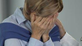 Umgekippte Frau, die von der Verzweiflung und von der Hoffnungslosigkeit, enttäuschende Diagnose schreit stock video