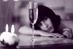 Umgekippte Frau mit Glas Getränk- und candelleuchten Lizenzfreie Stockfotografie