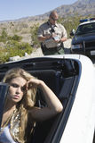 Umgekippte Frau mit Verkehrs-Spindel-Schreibens-Karte Stockfotos