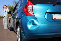 Umgekippte Frau nach Autounfall Stockfotos