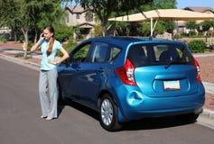 Umgekippte Frau nach Autounfall Lizenzfreies Stockbild
