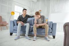 Umgekippte homosexuelle Paare, die Gefühle besprechen Lizenzfreies Stockbild