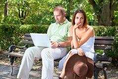 Umgekippte junge Frau, die weg schaut Lizenzfreies Stockfoto