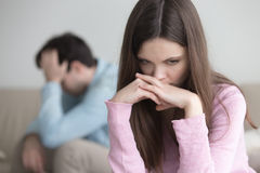 Umgekippte junge Paare nach der Argumentierung, traurige durchdachte Frau, die w schaut lizenzfreies stockfoto