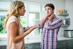 Umgekippte Paare, die ein Argument haben lizenzfreie stockfotos
