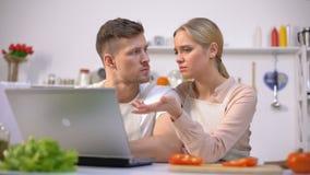 Umgekippte Paarlesenahrungsmittelrezepte auf Internet, Probleme mit dem Kochen habend stock video