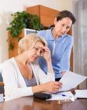 Umgekippte Pensionäre mit Dokumenten Stockfotografie
