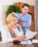 Umgekippte Pensionäre mit Dokumenten Lizenzfreie Stockbilder