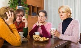 Umgekippte reife Frauen, die Schale heißen Tee essen Lizenzfreie Stockfotos