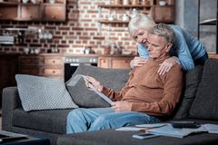 Umgekippter älterer Mann, der zählend betrachtet lizenzfreie stockfotografie