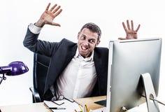 Umgekippter Geschäftsmann, der einen Unternehmenswutanfall an seinem Computertisch hat stockfotos