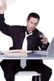 Umgekippter Geschäftsmann an seinem Schreibtisch in der Klage Stockfotografie