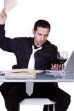 Umgekippter Geschäftsmann an seinem Schreibtisch in der Klage Stockfotos